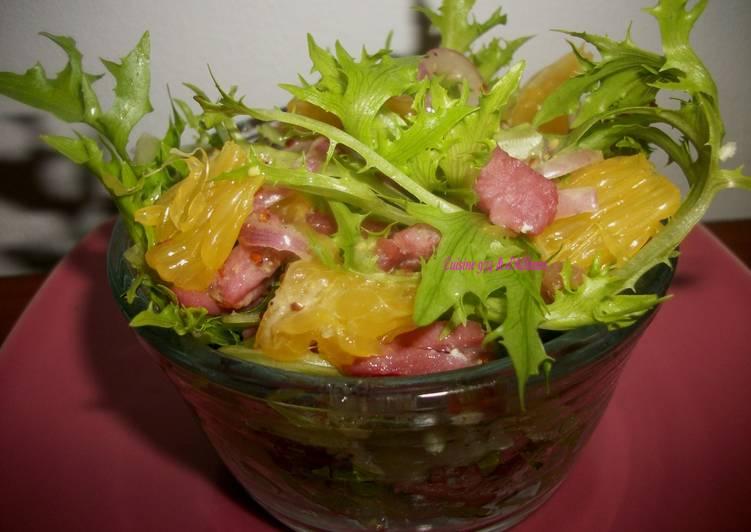 Salade frisée (chicorée) à l'orange & aux Lardons, vinaigrette à la moutarde à l'ancienne