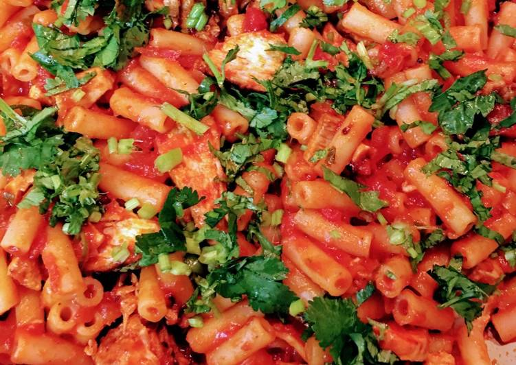 Macaroni with chicken and  tomato sauce