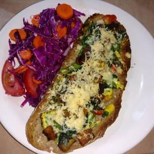 Brusquetas con vegetales y ensalada de repollo colorado, tomate