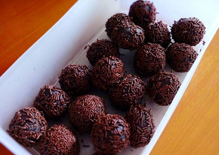 Resep Bola Bola Dark Coklat Isi Kacang Mede Oleh Dina