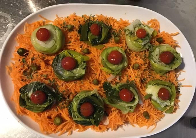 Salade de poireaux carottes râpées et tomates cerises marinées