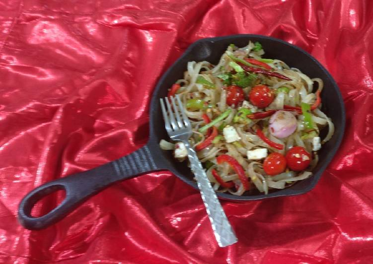 Rice flate noodles with cherry tomatoes & paneer