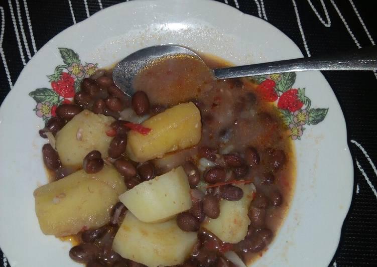Turtle beans (njahi) with potatoes and matoke