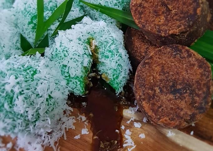 Klepon (Sticky Rice Ball Stuffed with Palm Sugar)