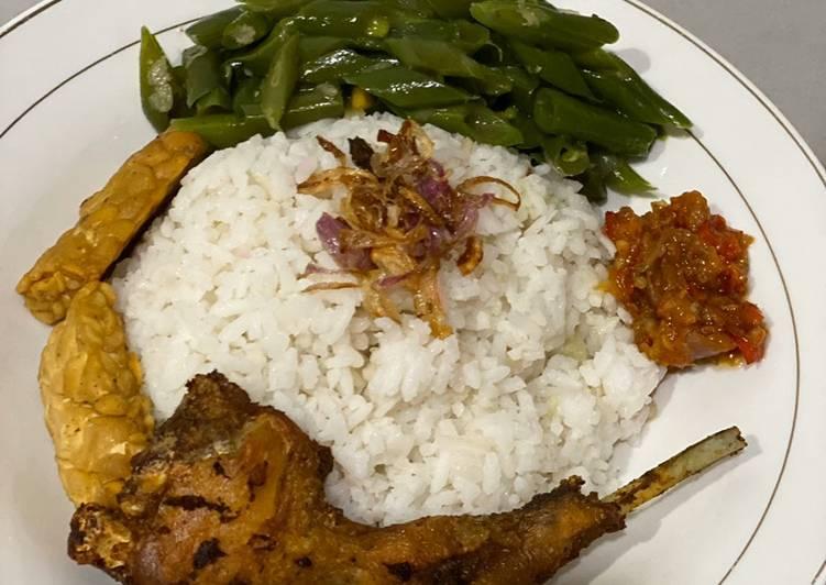 Nasi Uduk Rice cooker Ayam Goreng Kuning tumis buncis dan tempe goreng polos dalam 1 Jam
