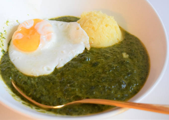 Spinach Sauce with mashed potato and fried egg