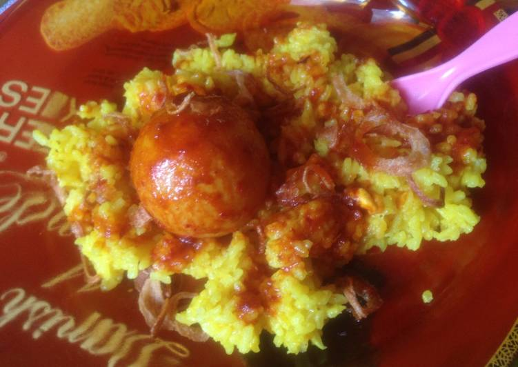Nasi kuning harum (magicom) dan ayam bumbu merah - cookandrecipe.com