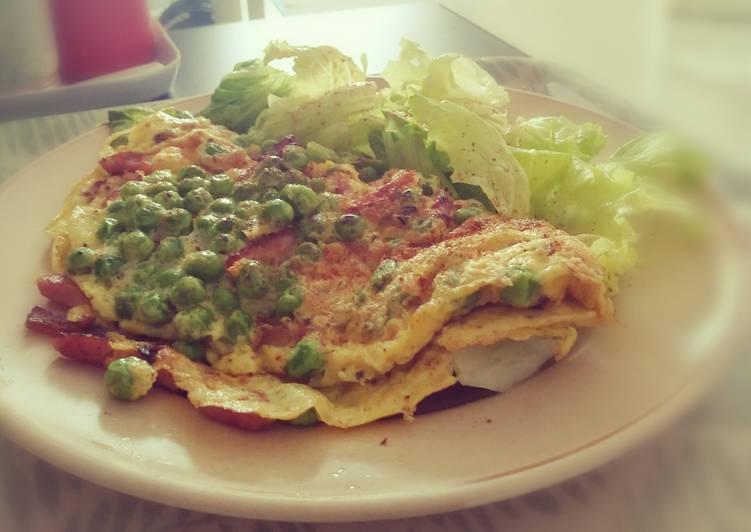 Omelette, lardons, petits pois, salade