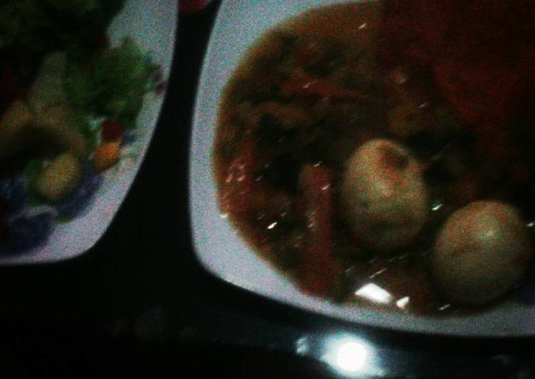 Egg curry and lettuce / pineapple salad