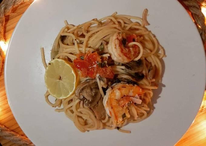 Spaghetti aux crevettes, sauce citron, champignons, et tomates rôties à l'ail
