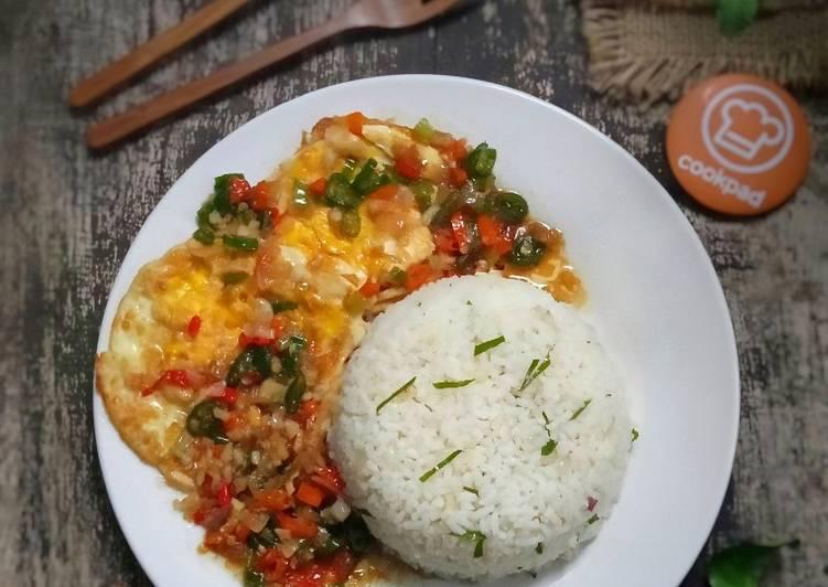 Nasi Gurih Daun Jeruk (Dengan Telur Ceplok Pedas Saus Tiram)