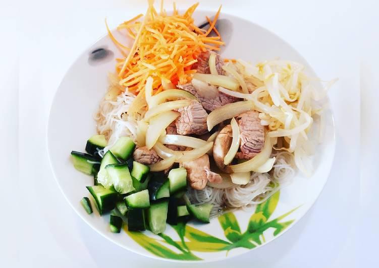 Vermicelles de riz et son saute de bœuf accompagnés de ses petits légumes