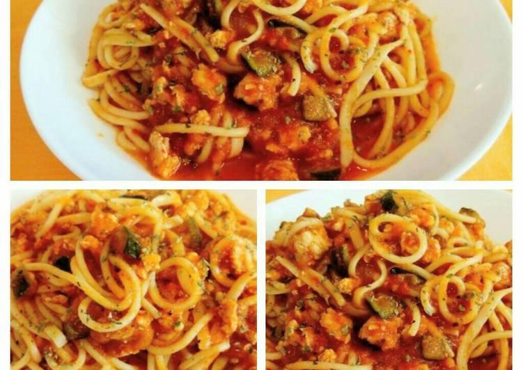 Espaguetis con calabacines, pollo picado con salsa de tomate casero