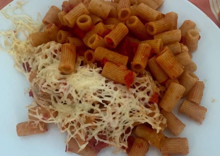 Rigatoni con salsa de tomate y chorizo (picante)