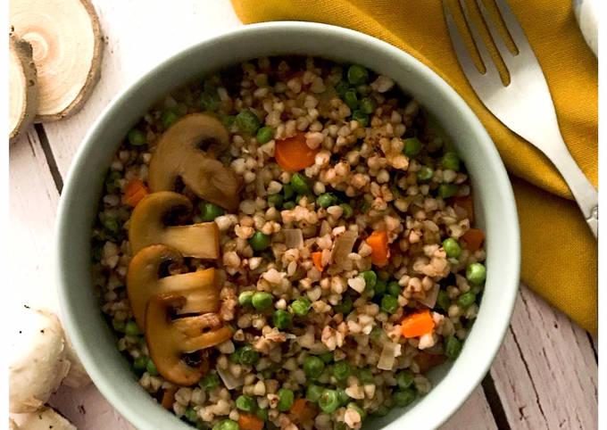 Risotto de Sarrasin, petits pois, carottes et champignons
