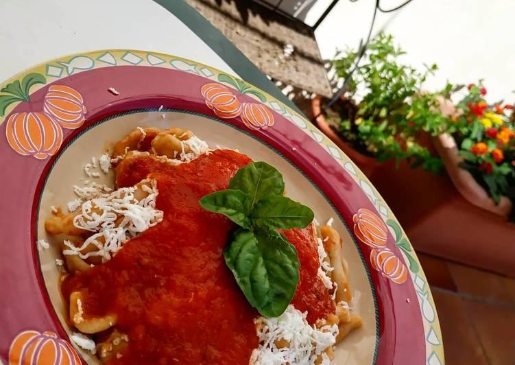 Ricetta Orecchiette e pizzarieddi con pomodoro cacioricotta e basilico