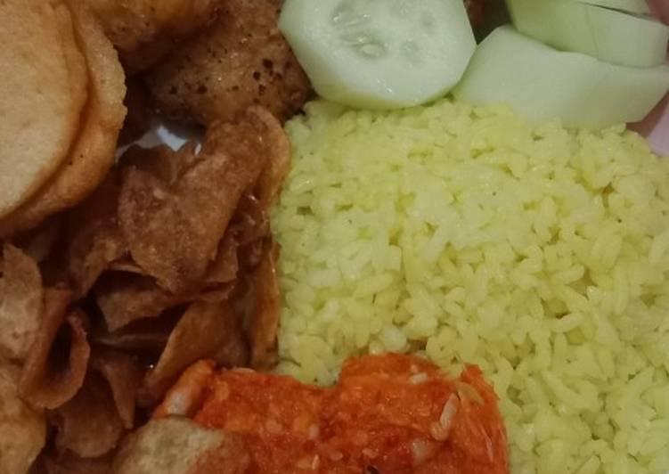 Nasi kuning lengkap dengan lauk pauk