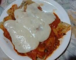 Canelones de carne picada y acelga con salsa de tomate y salsa blanca