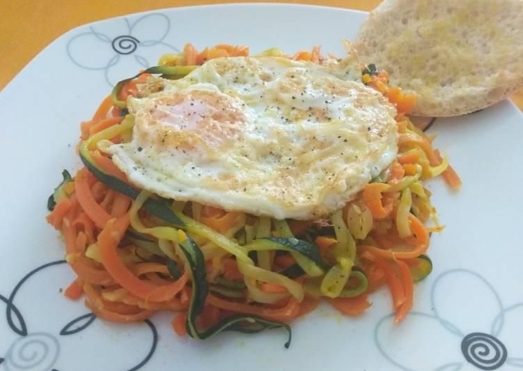Spaguettis de zanahoria y calabacín con huevo