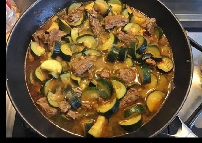Bœuf mijoté aux oignons courgettes et paprika