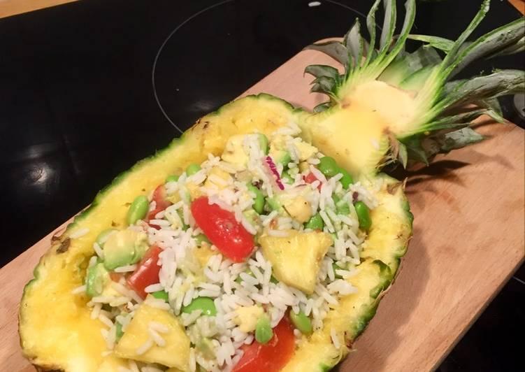 Salade de riz à l'ananas tomate avocat oignon rouge & edamame