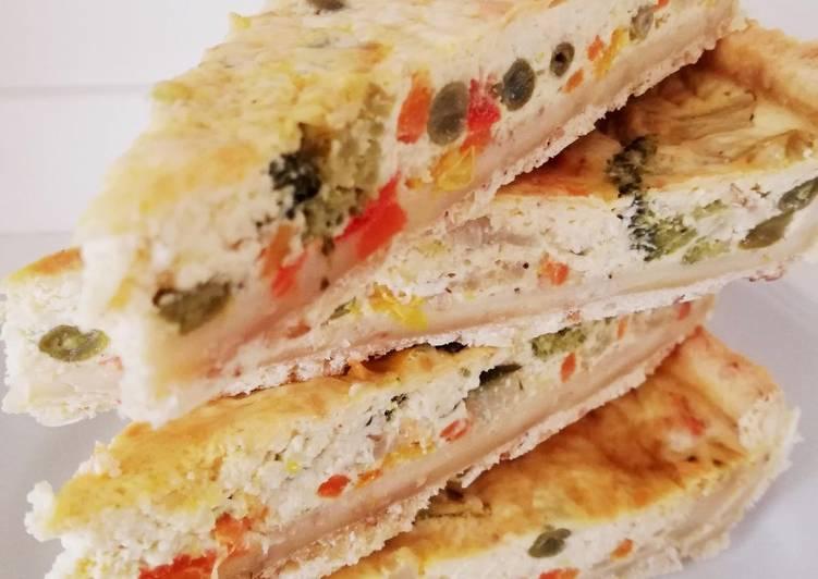 Tarte salée aux légumes et aux épices avec pâte brisée aux graines de sésame dorées