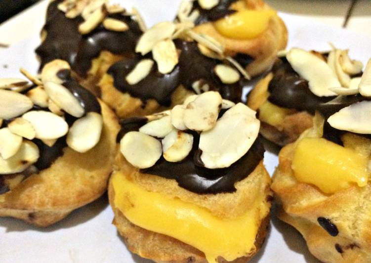 Choux Puff (topping chocolate almond)