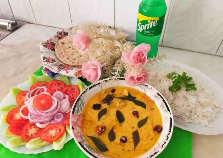 Pakoray wali dahi Curry/gramflour fritters with yogurt curry