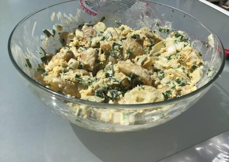 Recette De Salade de pommes de terre aux œufs oignons nouveaux moutarde et herbes