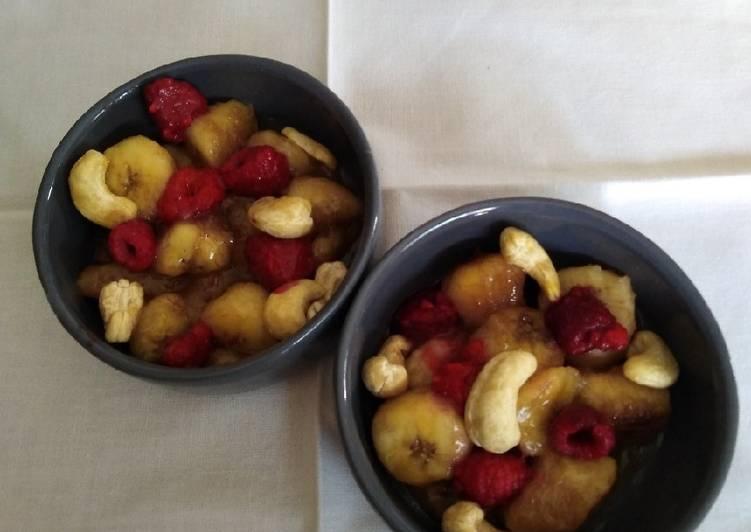 Bananes rôties au miel, framboises et noix de cajou