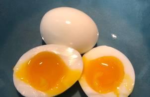 Luộc trứng lòng đào