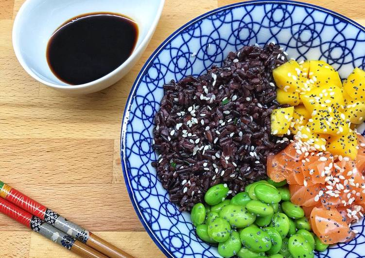 Pokè Bowl di riso venere, salmone, mango e edamame
