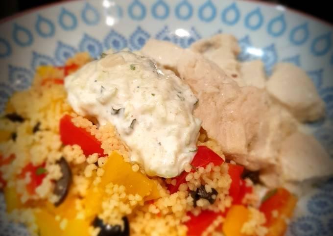 Poulet mariné au yaourt, graines de couscous trio aux herbes et tzatzíki