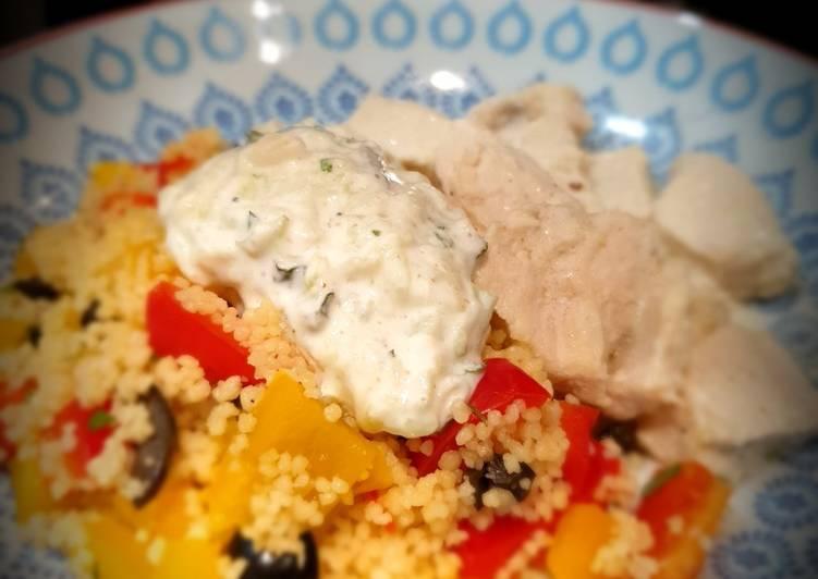 Recette Appétissante Poulet mariné au yaourt, graines de couscous trio aux herbes et tzatzíki