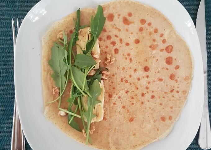 Crêpe salée : roquette, noix, fromage et miel