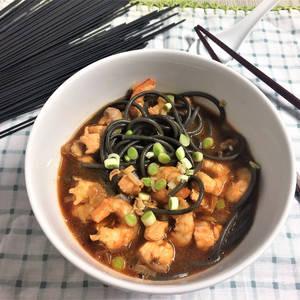 """Sopa estilo oriental de gambas, salmón y pasta """"nero di sepia"""""""