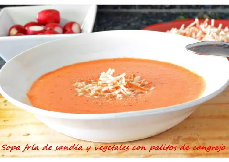 Sopa fría de sandía y vegetales con palitos de cangrejo