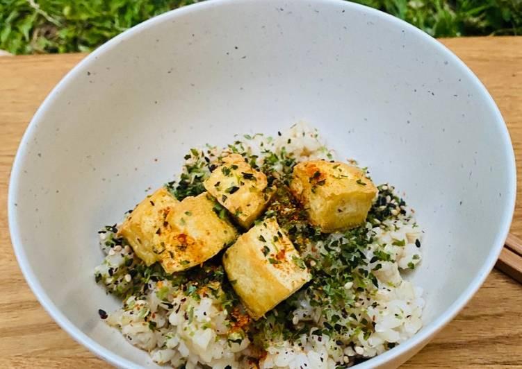 Crispy Tofu with Brown Sushi Rice and Seaweed