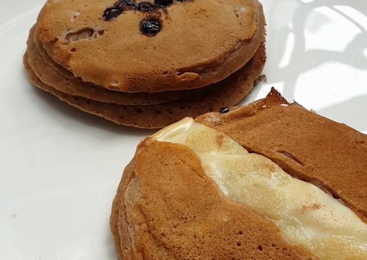 Resep Pancake Cokelat Lembut dan Enak (no mixer, super easy) Favorit