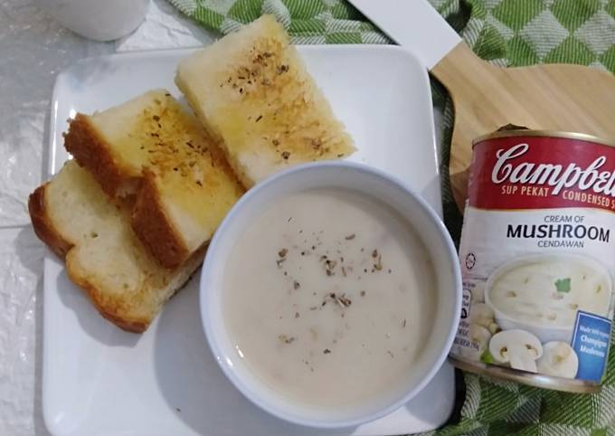 Mushroom Soup With Butter Bread