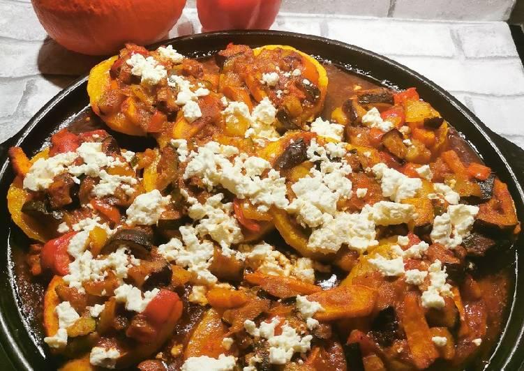 Butternut Kürbis mi̇t mediterranem Gemüse und Feta