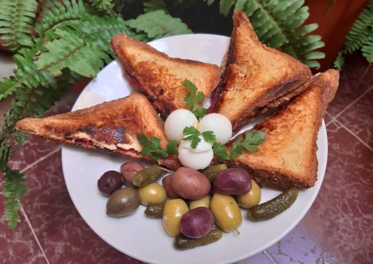 Croques monsieur accompagné d'oeufs de caille olives cornichons