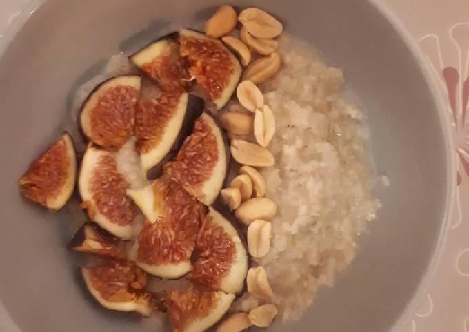 Porridge chaud au lait de coco et banane
