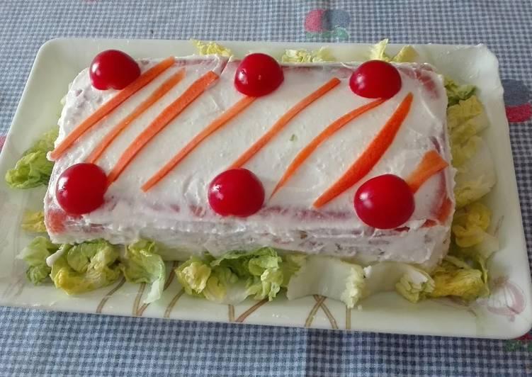 Pastel frío de salmón, atún y pan de molde