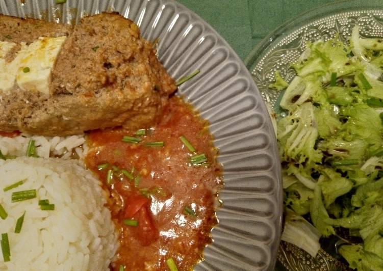 Mit Feta gefüllter Hackbraten in Tomaten-Paprika-Sauce