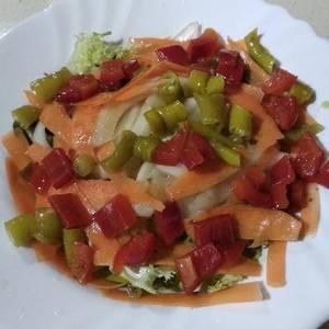 Ensalada de jalapeño y pimiento rojo