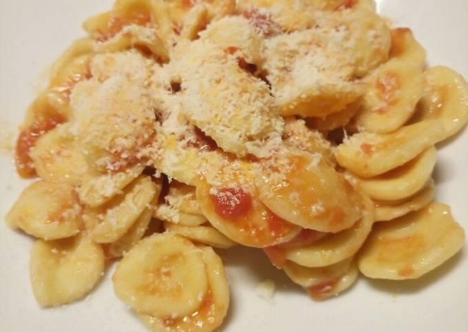 Fresh pasta with tomato and pecorino