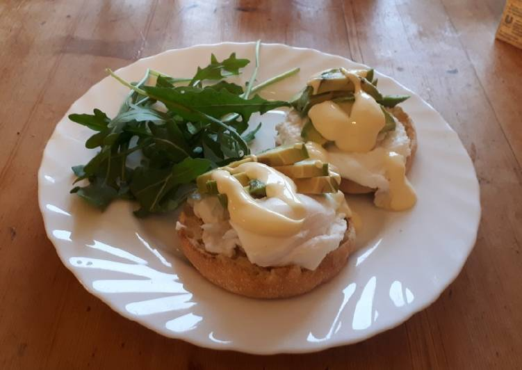 Eier Benedict mit Avocado auf Toast