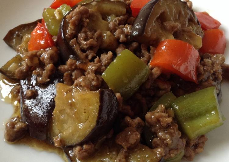 La Recette Pas à Pas Bœuf haché avec aubergine et poivrons à la japonaise