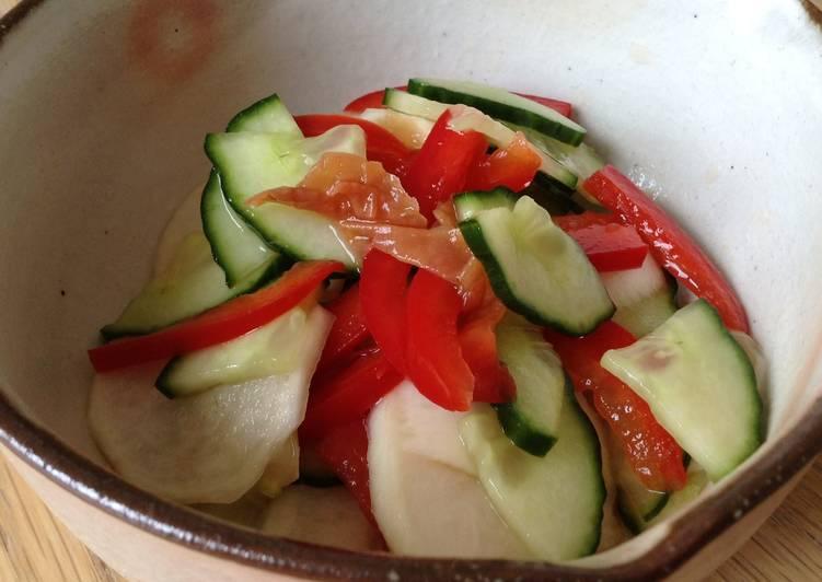 Recette: Savoureux Salade de concombre, navet et poivron rouge aux prunes salées japonaises